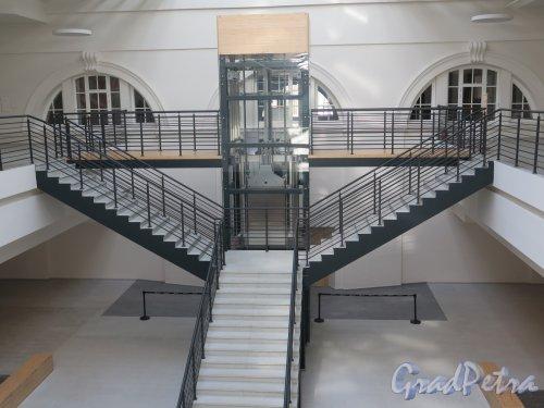 Исаакиевская пл., д. 1. Выставочный зал «Манеж». Интерьер зала. Лестница на 2-й этаж. фото июль 2016 г.
