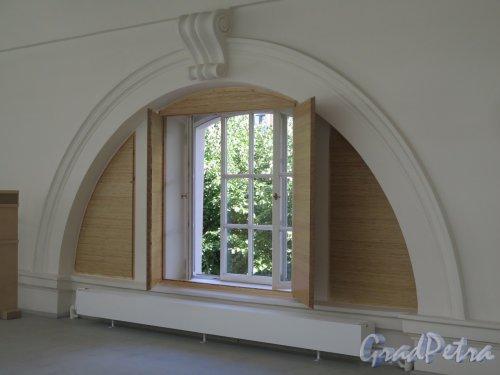Исаакиевская пл., д. 1. Выставочный зал «Манеж». Оформление полукруглого окна изнутри. фото июль 2016 г.