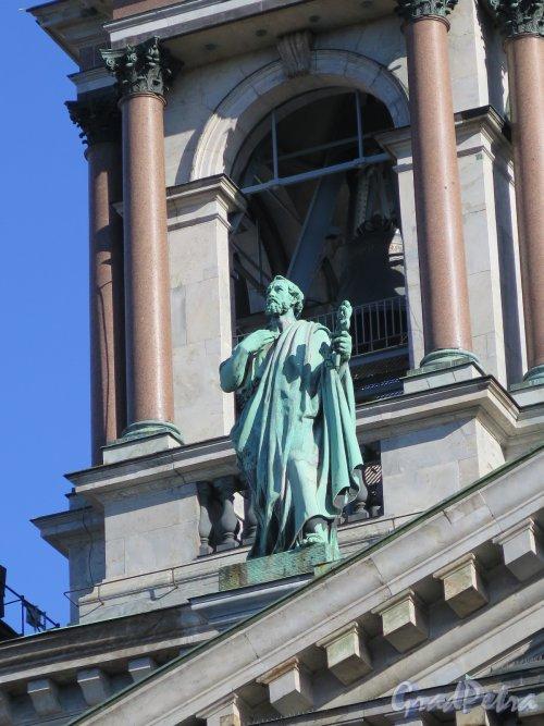 Исаакиевская пл., д. 4. Исаакиевский собор, Статуя «Апостол Петр» на крыше, ск. П. К. Клодт. фото август 2016 г.
