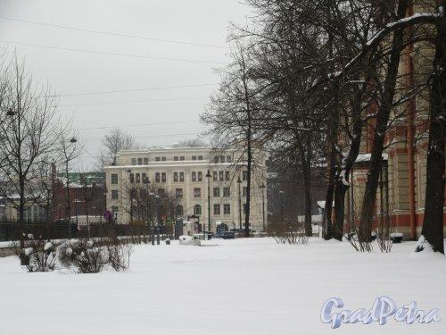 Греческая пл. Вид площади со стороны Детского центра медицинских технологий им. К. А. Раухфуса. фото февраль 2018 г.