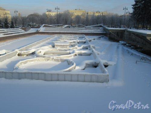 Московская площадь. Фонтан на площади зимой. фото февраль 2018 г.