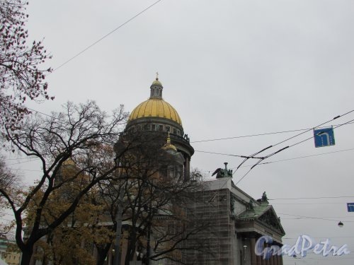 Исаакиевская площадь, дом 4. вид на Исаакиевский собор от Конногвардейского манежа. Фото 16 октября 2019 года.