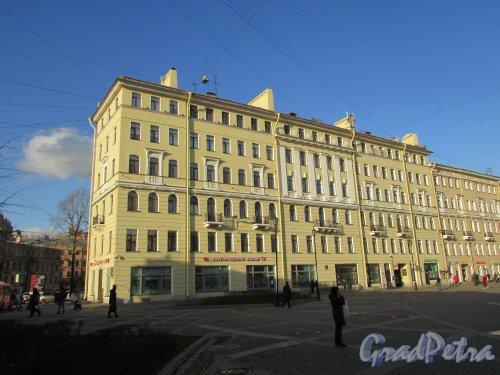 Сенная площадь, дом 13 / наб. канала Грибоедова, дом 54. Угловая часть здания со стороны Сенного моста. Фото 28 октября 2019 года.