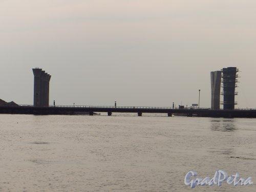 Временный технический мост в устье Малой Невки. Фото 29 июня 2014 года.