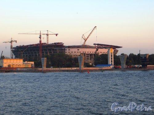 Строительство Западного скоростного диаметра перед западным берегом Крестовского острова. Вид со стороны Парка 300-летия Петербурга. Фото 26 сентября 2014 года.