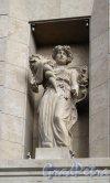 """Лиговский пр., д. 30 ТРК """"Галерея"""". Статуя на фасаде. Фото август 2011 г."""