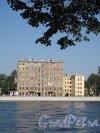 Приморский пр., д. 6. Жилой дом. Общий вид дома с Каменного острова. Фото август 2011 г.