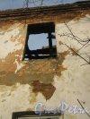 г. Красное Село, пр. Ленина, дом 99. Расселённый и заброшенный дом. Фрагмент фасада. Фото 24 февраля 2014 г.