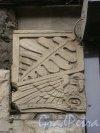 Невский пр., д. 72. Стилизованное изображение птицы на фасаде здания. Фото июль 2004 г.