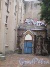 Средний пр., д. 18 А/3-я линия В.О., д. 32. Церковь св. Михаила. Двор и дворовая пристройка. Фото июль 2014 г.