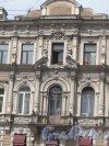 Невский пр., д. 112. Доходный дом,1866, арх. М.А. Макаров. Вид верхней центральной части фпсада. Фото июль 2014 г.