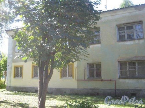Лен. обл., Гатчинский р-н, г. Гатчина, Мариенбург, Красноармейский пр., дом 48в. Фрагмент фасада здания. Фото август 2013 г.