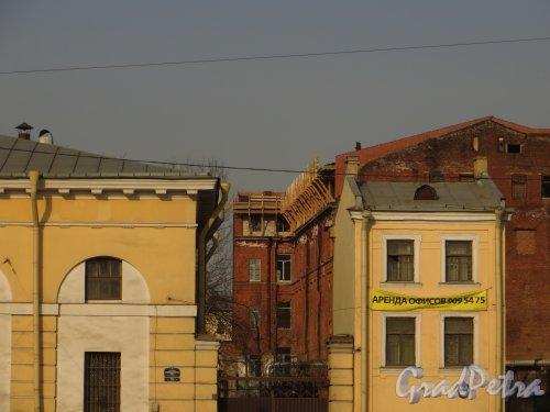 Измайловский проспект, дом 29, литера С. Надстройка корпуса. Вид с набережной Обводного канала. Фото 28 февраля 2014 года.