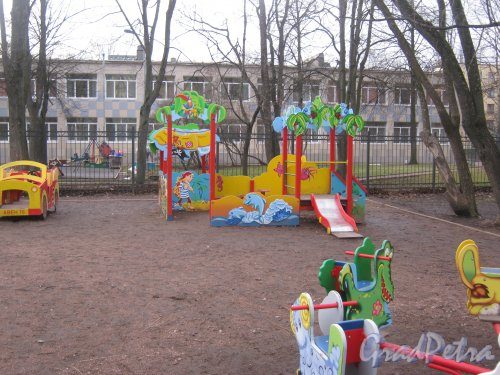 Ленинский пр., дом 121, корпус 4. Детская площадка во дворе дома. Фото 24 февраля 2014 г.