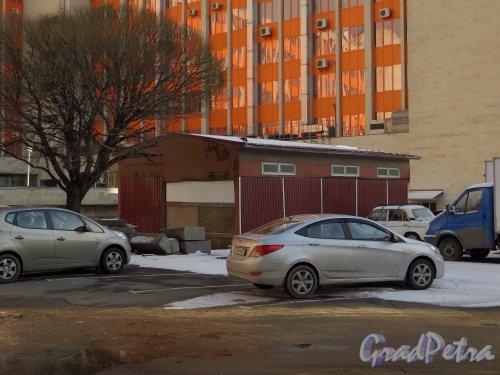 Ленинский проспект, дом 160. гараж в центре дворовой территории. Фото 17 марта 2014 года.