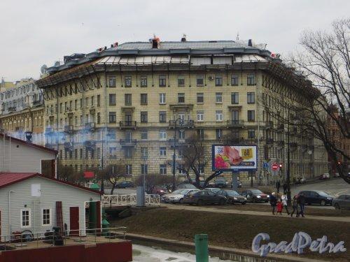 проспект Добролюбова, дом 2. Общий вид жилого дома во время ремонта крыши и строительства мансарды. Фото 1 марта 2014 года.