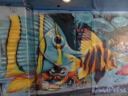 Малый проспект П.С., дом 7, литера Б. Граффити в арке здания «Рыбы». Фото 22 марта 2014 года.
