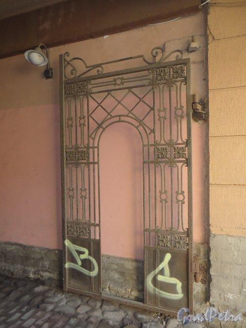 Малый проспект П.С., дом 1б. Ворота. Фото 22 марта 2014 года.