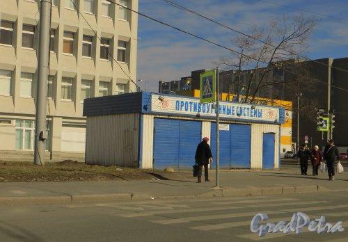 проспект КИМа, дом 19, литера А. Павильон «BUG BALT-Противоугонные системы» на перекрестке проспекта КИМа и Уральской улицы. Фото 29 марта 2014 года.