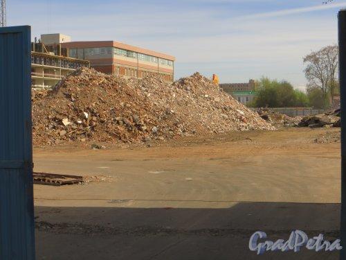 Малый проспект, В.О., дом 64. Строительный мусор после сноса строений на участке. Апрель 2014 года.
