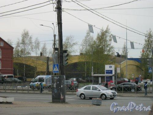 Ириновский пр., дом 40. Общий вид с ул. Коммуны. Фото 28 апреля 2014 г.