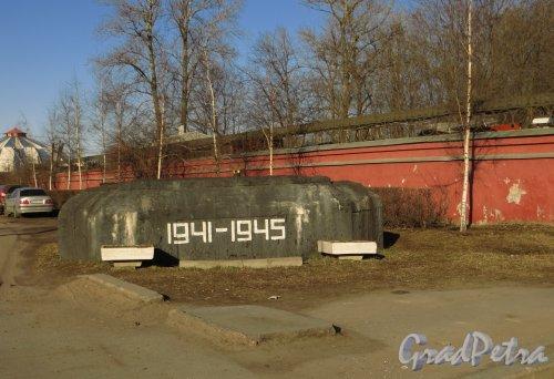 проспект Стачек, дом 98. Долговременная огневая точка (ДОТ) у входа на Красненькое кладбище. Фото 9 апреля 2014 года.
