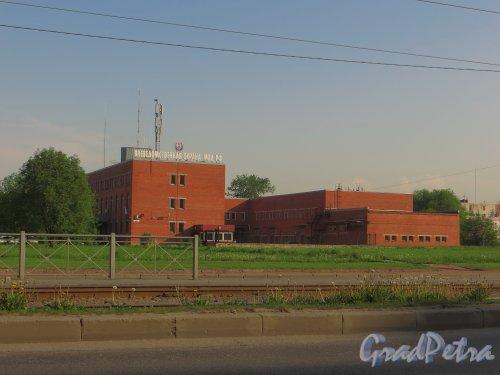 Ириновский проспект, дом 36, литера А. Общий вид здания с Ириновского проспекта. Фото 25 мая 2014 года.