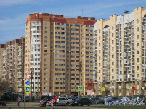 Пр. Королёва, дом 43, корпус 1 (в центре Фото). Общий вид с Долгоозёрной ул. Фото 25 апреля 2014 г.