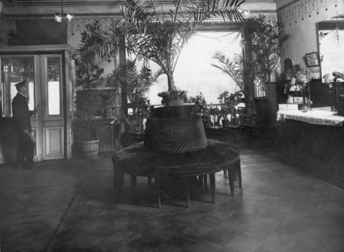 Вход в вестибюль кинотеатра «Мулен-Руж». Фото 1900-х гг.