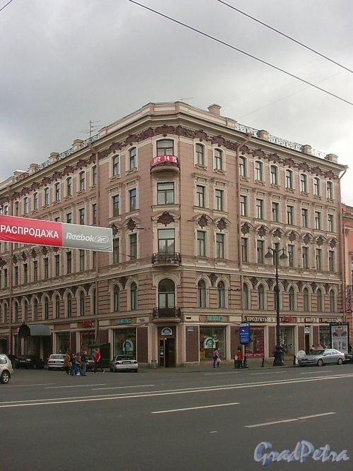 Невский пр., д. 43 / ул. Рубинштейна, д. 1. Вид с Невского проспекта. Фото июль 2004 г.