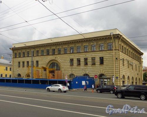 Загородный проспект, дом 52а. Общий вид наземного павильона станции метро «Пушкинская». Фото 24 июня 2014 года.