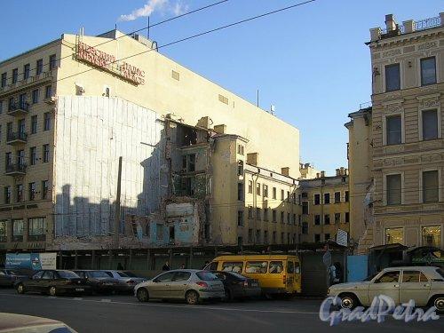 Невский пр., д. 55. Территория участка после сноса лицевого флигеля. Фото март 2005 г.