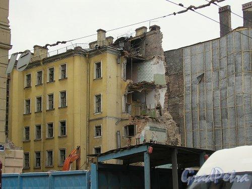 Невский пр., д. 55. Территория участка после сноса лицевого флигеля. Фото апрель 2005 г.