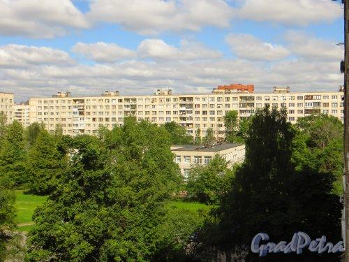 Дунайский проспект, дом 35, корпус 1. Общий вид жилого дома со двора. Фото 10 июля 2014 года.