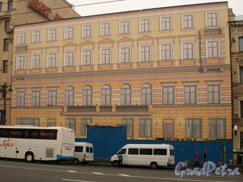 Невский пр., д. 55. Баннер на месте снесенного лицевого флигеля. Фото август 2006 г.