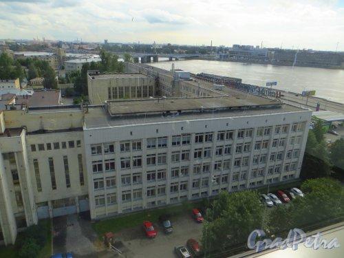 Малоохтинский пр., дом 68. Общий вид корпус, выходящего на набережную. Фото 2 июля 2014 года.