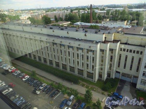 Малоохтинский пр., дом 68. Общий вид корпус, выходящего на Республиканскую улицу. Фото 2 июля 2014 года.