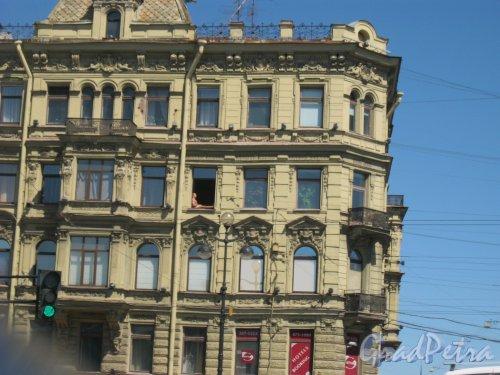 Невский пр., дом 66 (наб. р. Фонтанки, дом 29). Фрагмент здания с отдыхающим в окне. Фото 15 июня 2014 г.
