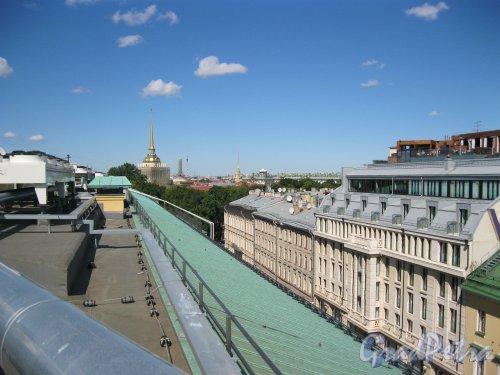Вознесенский пр., дом 6 (справа). Вид с крыши отеля «Four Seasons» (Адмиралтейский пр., дом 12 (Вознесенский пр., дом 1, литера А)). Фото 7 июля 2014 г.