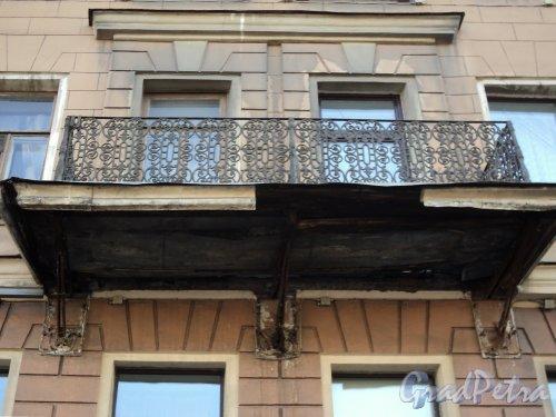 Невский пр., д. 73-75 (левая часть). Балкон. Фото август 2010 г.