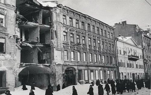 Невский пр., д. 68 / наб. реки Фонтанки, д. 40. Корпус по Невскому проспекту после попадания в него фугасной бомбы 28 ноября 1941 года.