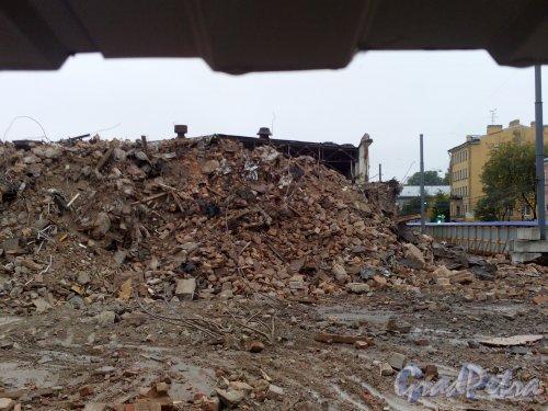 Малый проспект В.О., дом 52. Снос корпусов завода «Эскалатор». Корпус на углу 17-й линии В.О. и Малого проспекта В.О., ставший строительным мусором. Фото 23 сентября 2014 года.