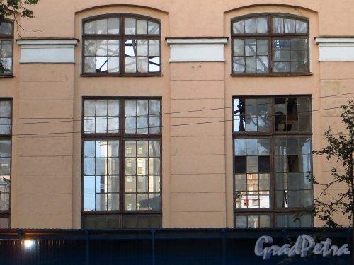 Малый проспект В.О., дом 52, литера А. Вид на 16-ю линию В.О. через окна здания, после сноса основной части корпуса. Фото 26 сентября 2014 года.