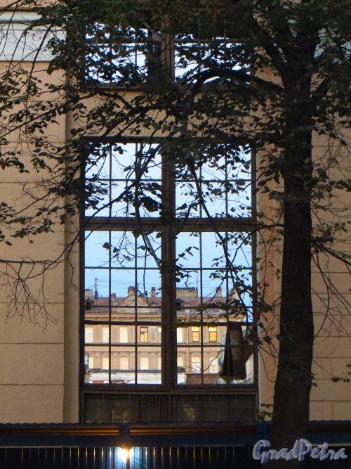 Малый проспект В.О., дом 52, литера А. Вид на дом 50 по 16-й линии В.О. через окно здания, после сноса основной части корпуса завода «Эскалатор». Фото 26 сентября 2014 года.