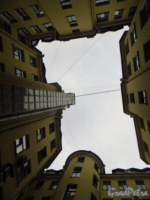 Невский проспект, дом 65. Небо первого внутреннего двора. Фото 22 октября 2014 года.