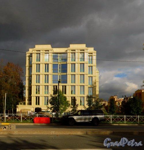 Жилой комплекс «Крестовский, 12». Фаад по Спортивной улице. Фото 1 октября 2014 года.