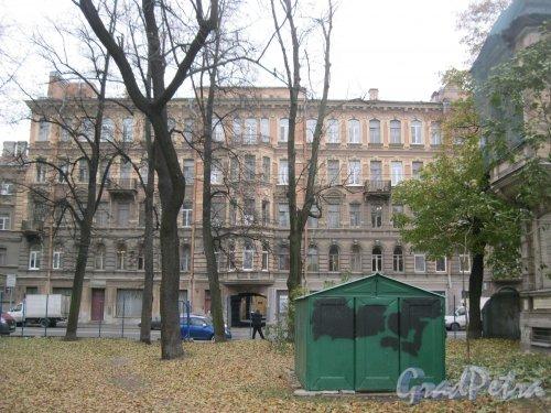 Рижский пр., дом 48. Фрагмент фасада. Вид из двора домов 27 и 25. Фото 26 октября 2014 г.