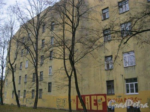Рижский пр., дом 25. Фрагмент торцевой части здания со стороны двора домов 27 и 25. Фото 26 октября 2014 г.