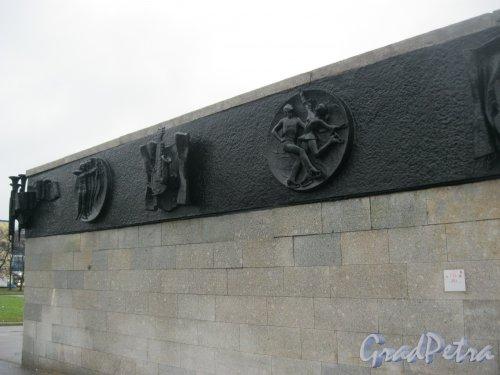 Пр. Юрия Гагарина, дом 8. Фрагмент барельефа со стороны лестницы от зданий касс и пр. Юрия Гагарина. 28 октября 2014 г.