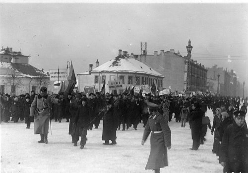 Невский проспект, дом 177. Манифестация после объявления Германией блокады Англии 19 февраля 1915 г на Невском проспекте.